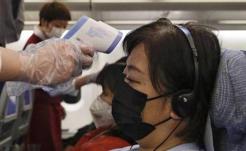 Измеряет температуру китайцу