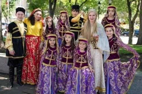 Азеры в национальных костюмах