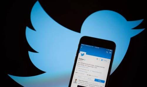 Мобильник с приложением Twitter