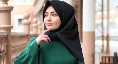 Смотрит в сторону мусульманка